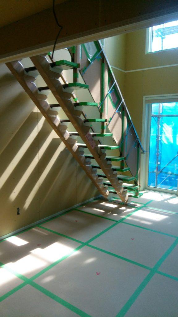 建築中の足場&シートがあるときでさえ、吹き抜け窓からの日差しはまぶしいくらいでした!