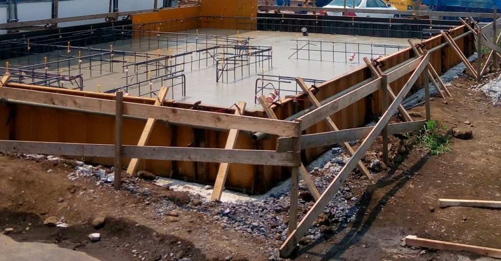コンクリートの打設完了後の状況。鉄筋の上部が少し見えています。