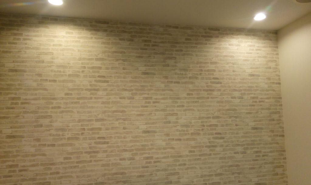 わが家のリビングの壁一面にリリカラLL-8776を採用