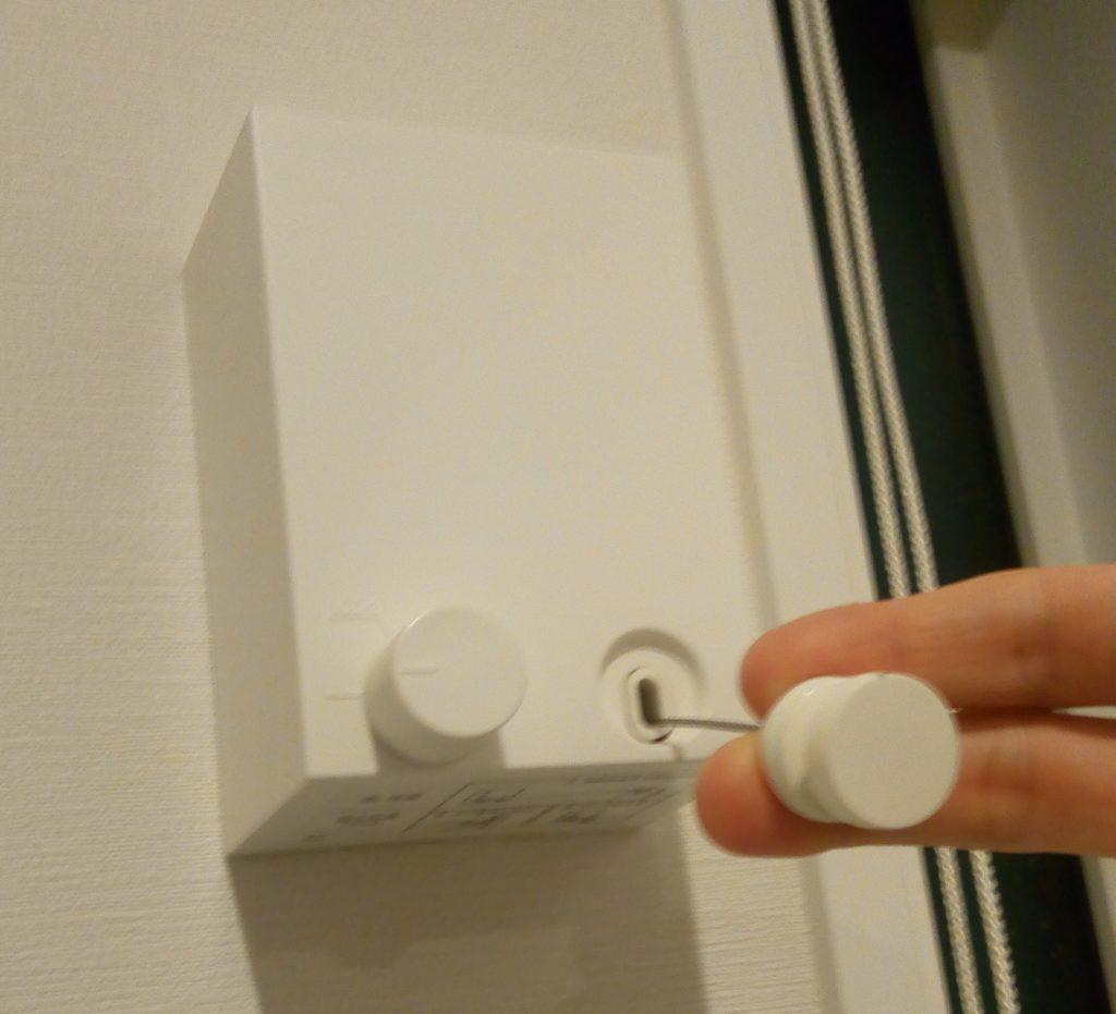ワイヤーを引き出す側の右手のツマミを引っ張ります。