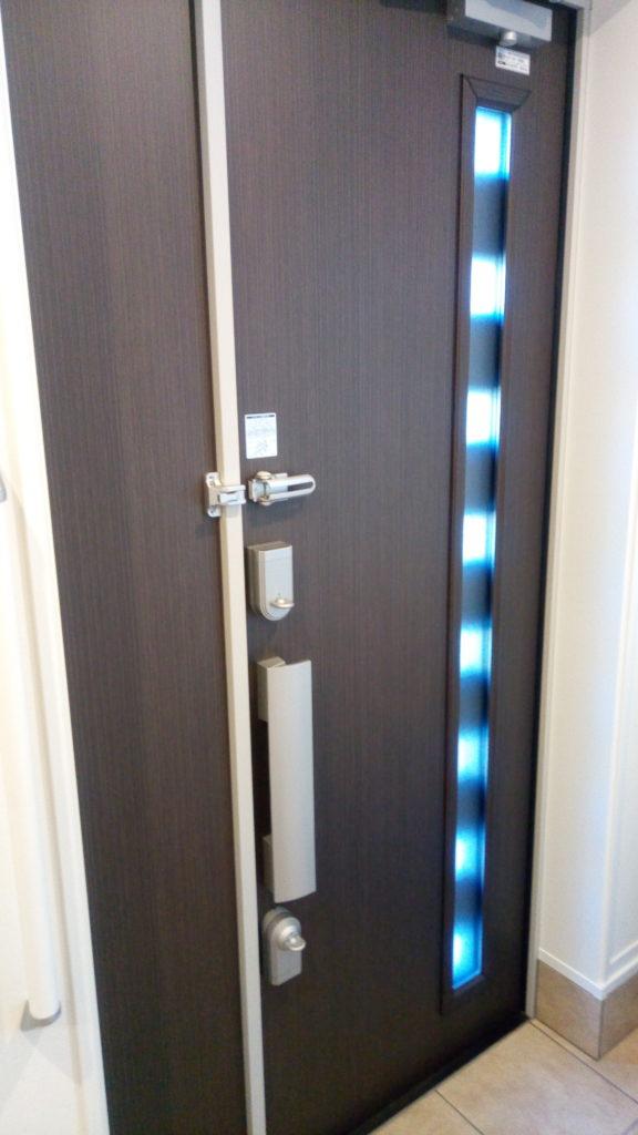 玄関ドアからの採光のようす。プロセレーネ親子ドア。