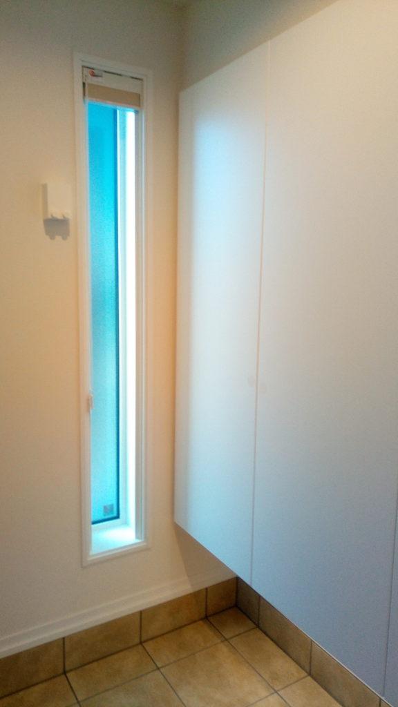 わが家の玄関スペースに採用したFIX窓