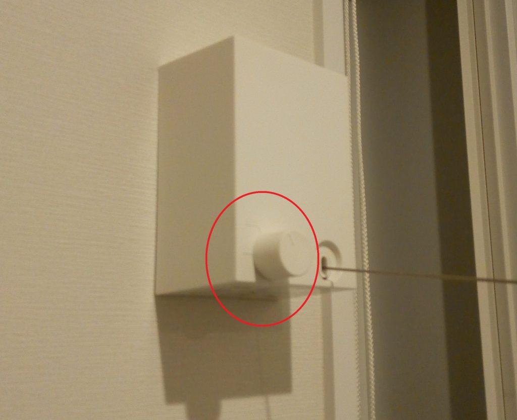 ワイヤーを引き出す側の左手のツマミを回してロックします。