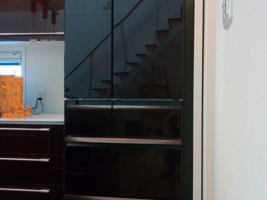 わが家に採用した三菱冷蔵庫MRWX60Aクリスタルブラウン色(600リットル)。一条工務店スマートキッチンブラウン色との相性がばっちり