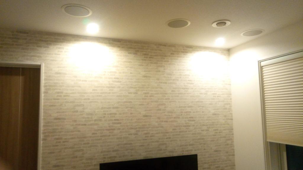リビングに設置しているテレビ上の壁面には拡散ライト