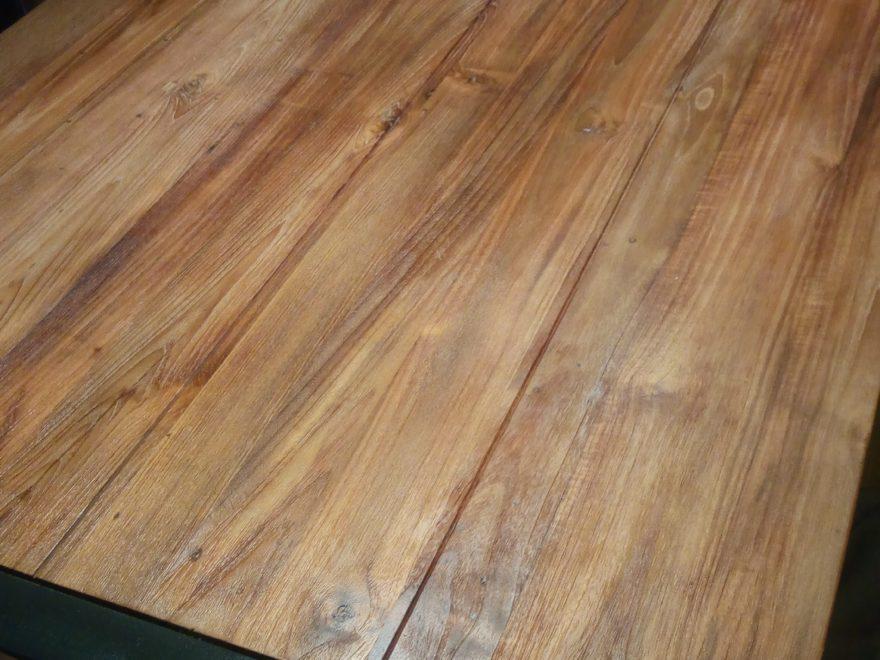 蜜蝋を塗った後のダイニングテーブル