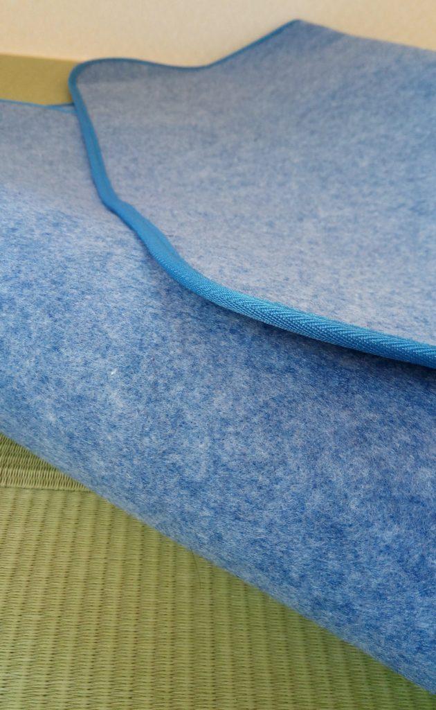 西川リビングの調湿シートは、表面はザラザラしていてしっかりとした素材