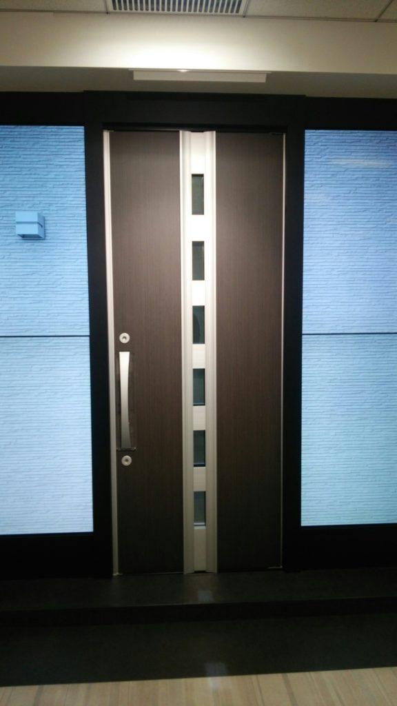 液晶画面の間に玄関ドアをはめ込むと外観そっくりに!