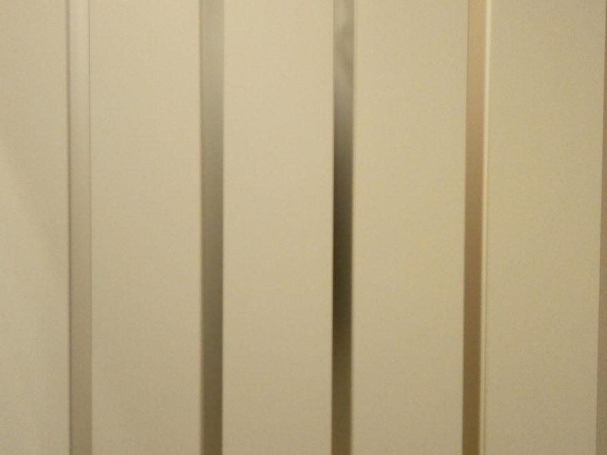 白色のスリットスライダーかすみガラス