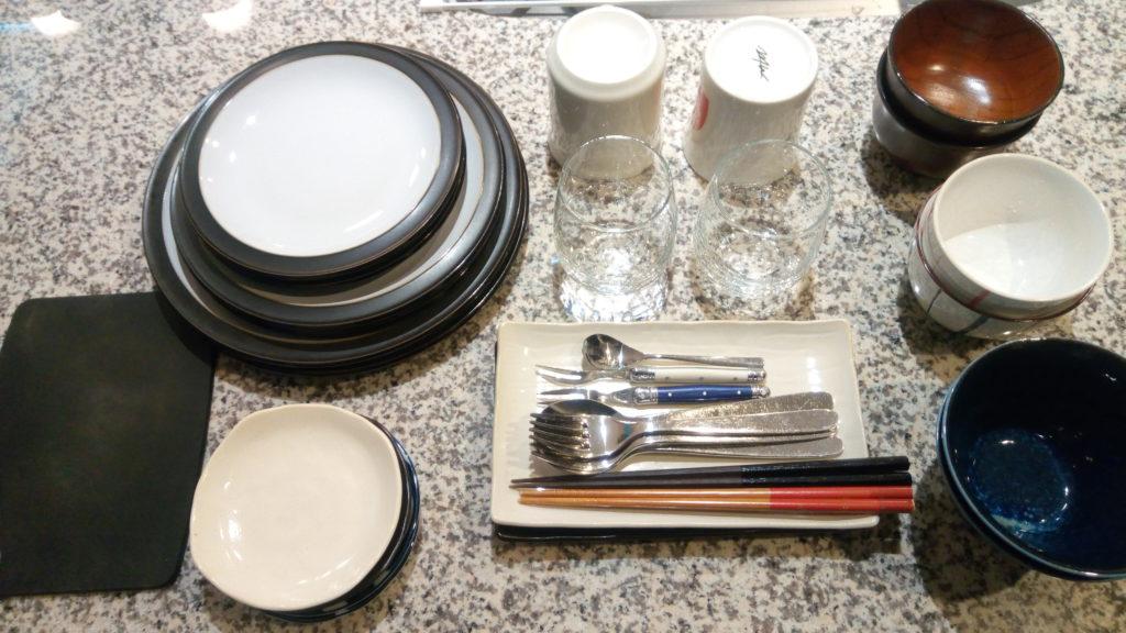 標準仕様のこれくらいのボリュームの食器が入る。