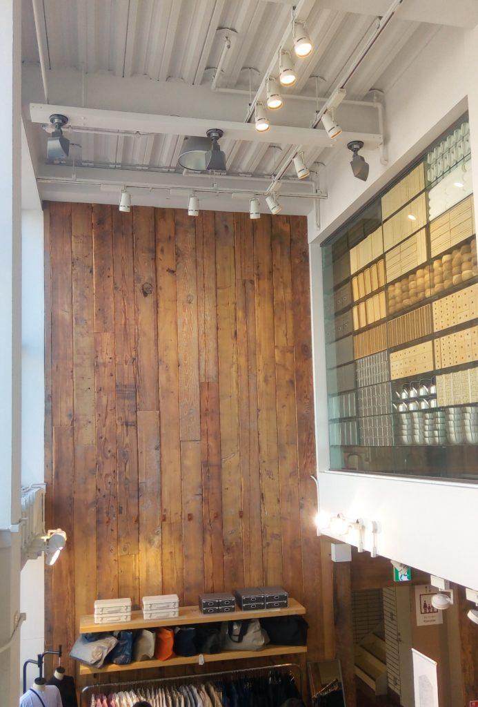 無印良品の壁一面が木目調の雰囲気