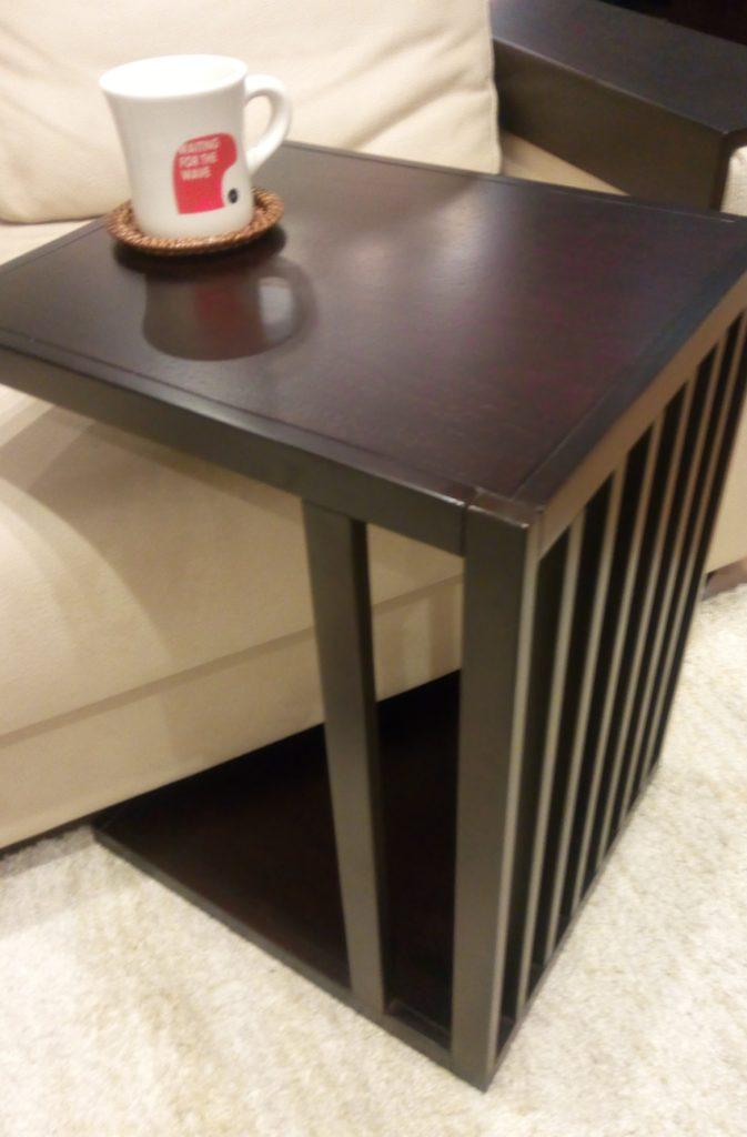 ソファ付近などにサイドテーブルを置くと実用的!