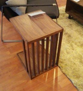 ウォールナット色のサイドテーブル