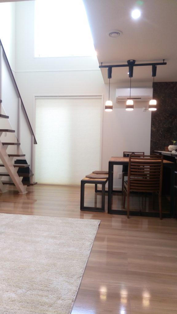 チーク古材、黒色アイアンのダイニングテーブル。家カフェ空間を演出できます♪