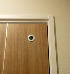 トイレ外側の照明が点いていて、トイレ内の照明がOFFのとき