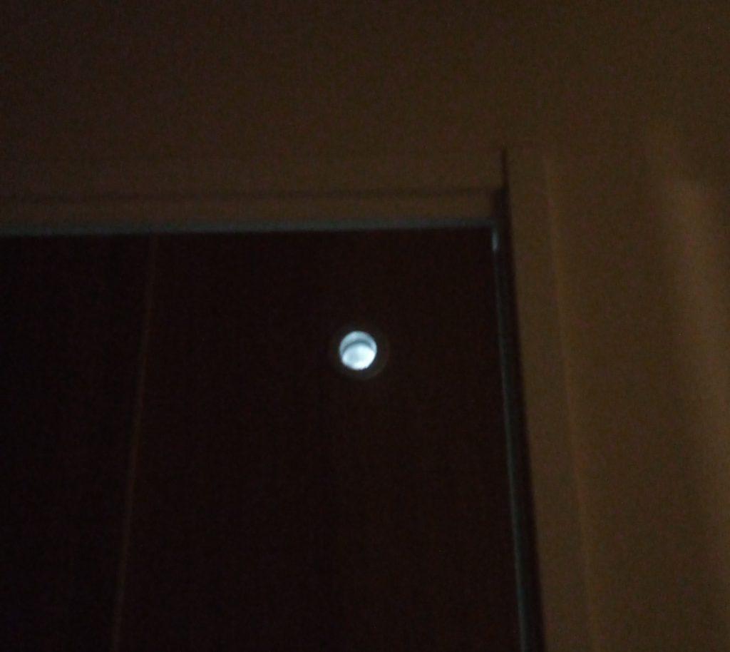 トイレの外側が暗闇のときは小窓の効果が発揮される!
