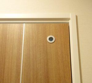トイレ外側の照明が点いていて、トイレ内の照明がONのとき