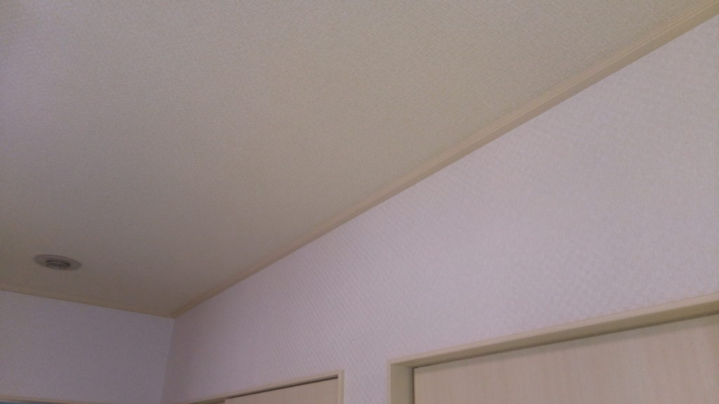 和室の天井と壁に一条工務店のオリジナルオプションクロスを採用