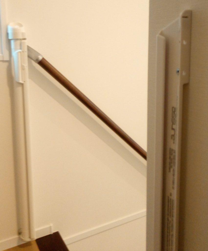 2階の階段最上段には、両脇ともに壁に取り付け