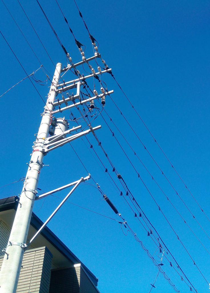 電線に細いワイヤーのようなものを取り付けていく。大きな黒色のクリップで挟んでいくイメージ