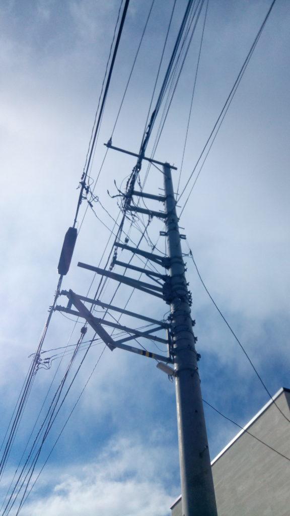 電柱には数多くの電線が張り巡らされている。電力会社とNTTの2種類がメイン。