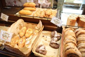 様々な種類のパンが用意されている