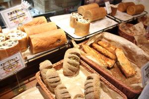 焼きたてのパンが次々に運ばれてくる