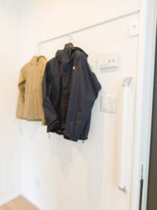 外出時の上着などを掛けられる