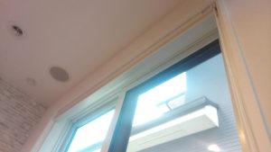 窓とハニカムシェードのすき間にレースカーテンを取り付ける