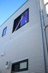 足場のない2階の窓も簡単にきれいになります。
