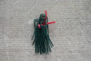 人工芝を地面に打ち付けるための付属のピン