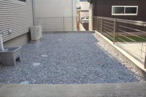 人工芝を敷く前の砕石スペース