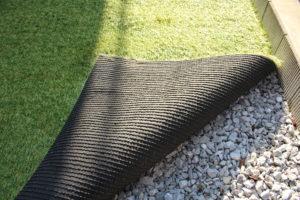 人工芝の裏面。カッターですぐに切れる