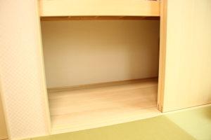 スノコを敷く前の和室押し入れのようす