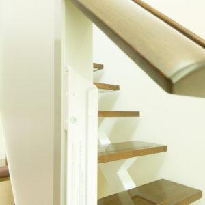 階段の手すりに穴を開けて取り付け