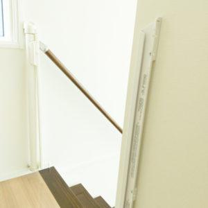 階段の最上段には、両側に取り付け