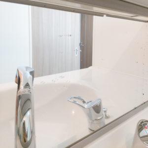 手を洗った後などは鏡部分に水が跳ねやすい