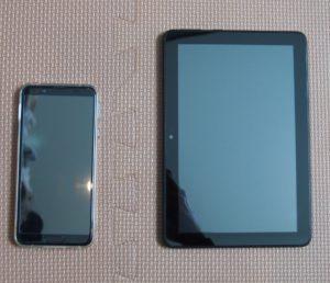 左側がスマホ、右側が8インチタブレット