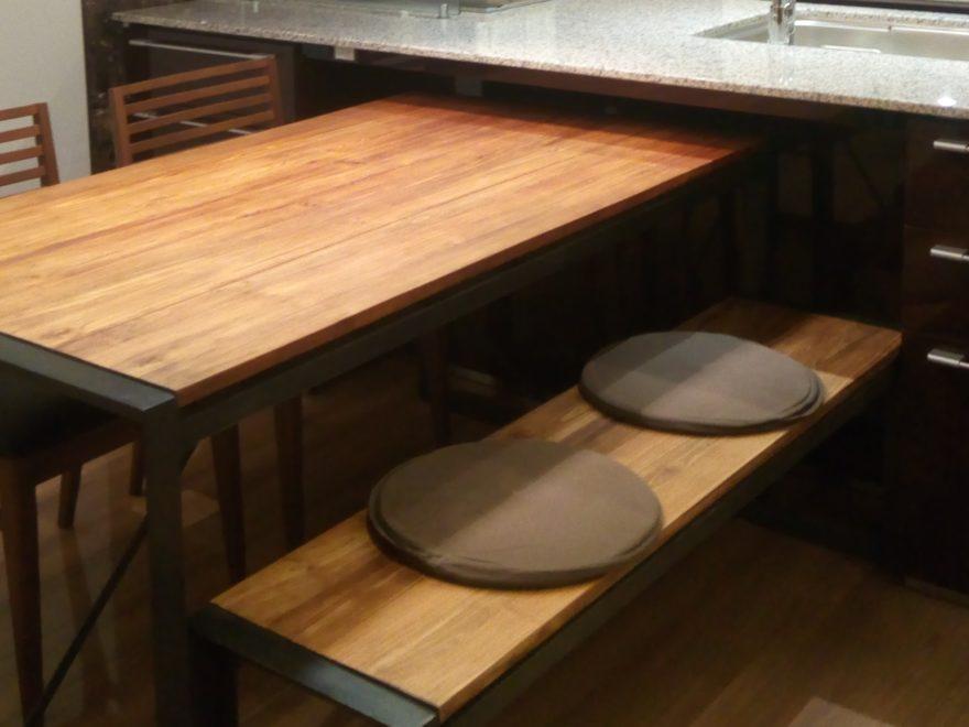 チーク古材を使ったダイニングテーブルとベンチ、黒革のイスを組み合わせ