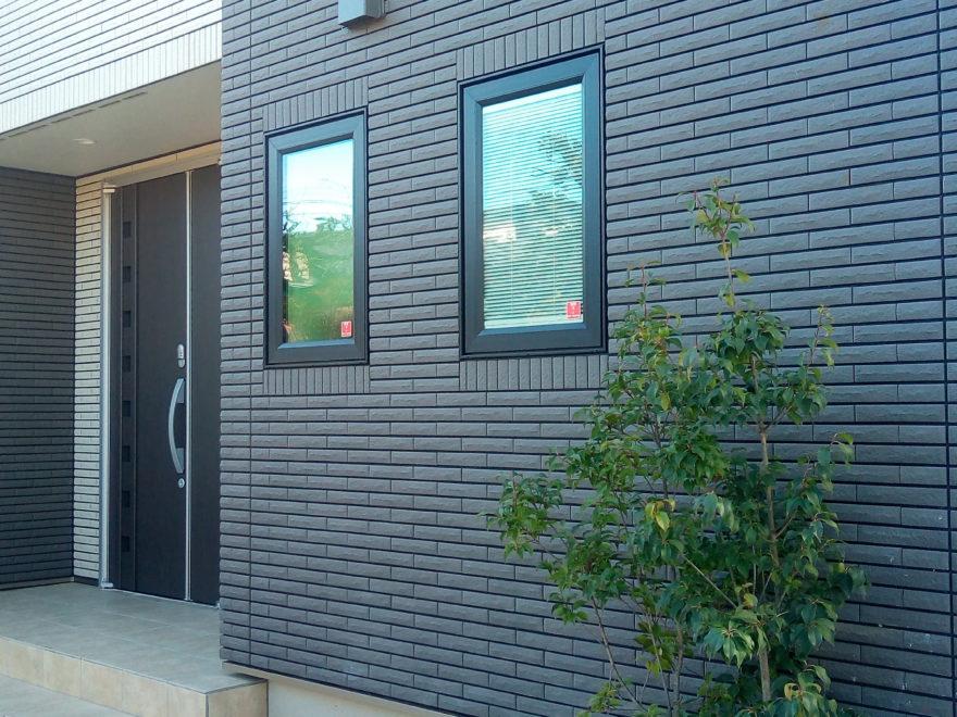 窓枠サッシにはブラック色を採用