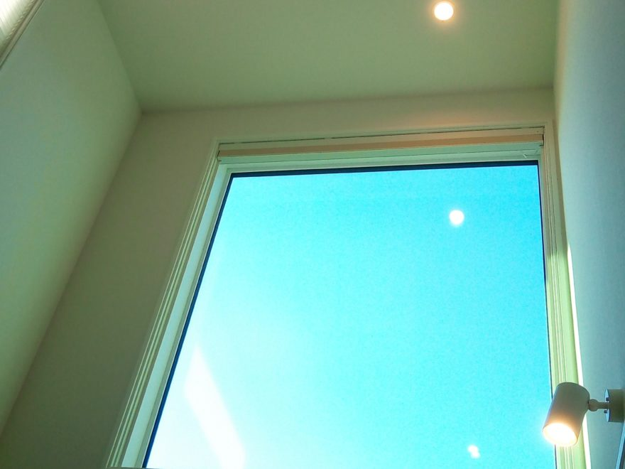 吹き抜けの大きな窓でも、高い断熱性能を保てます。
