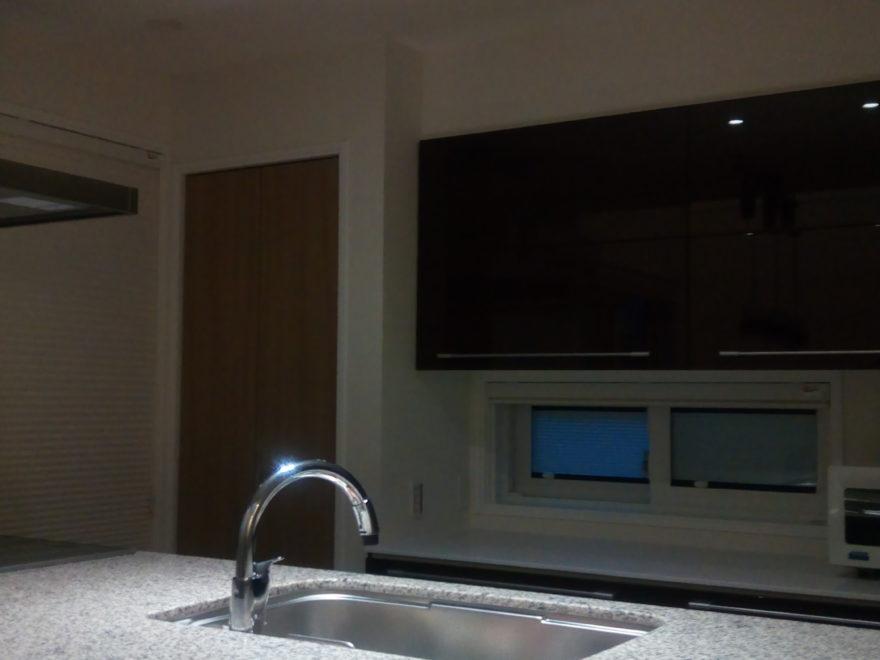 キッチン御影石上の集光ライトのみを点けた場合の雰囲気