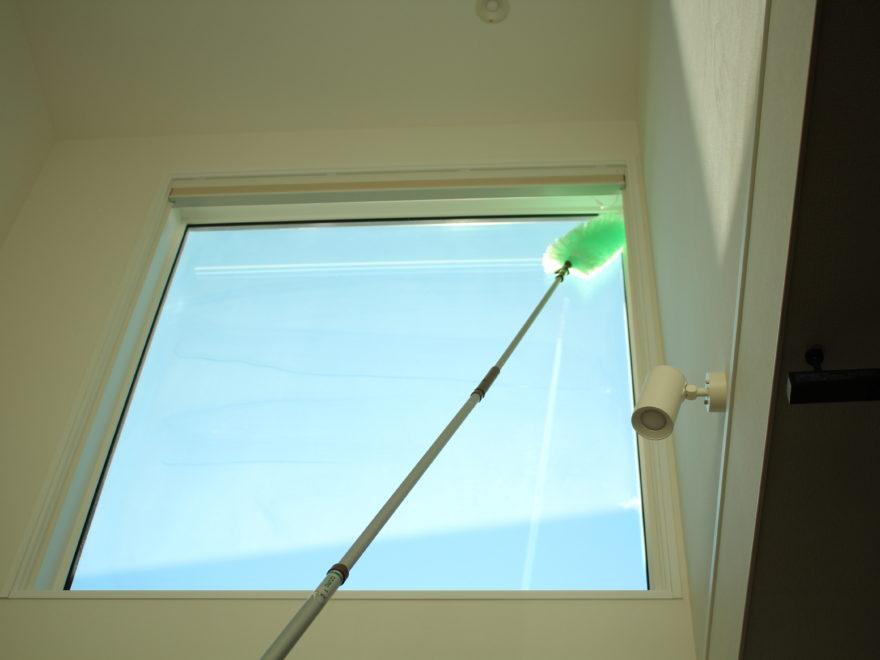 吹き抜け窓を室内からモップがけ